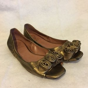 Vince Camuto Deep Gold Flat with Flowers Size 8.5B